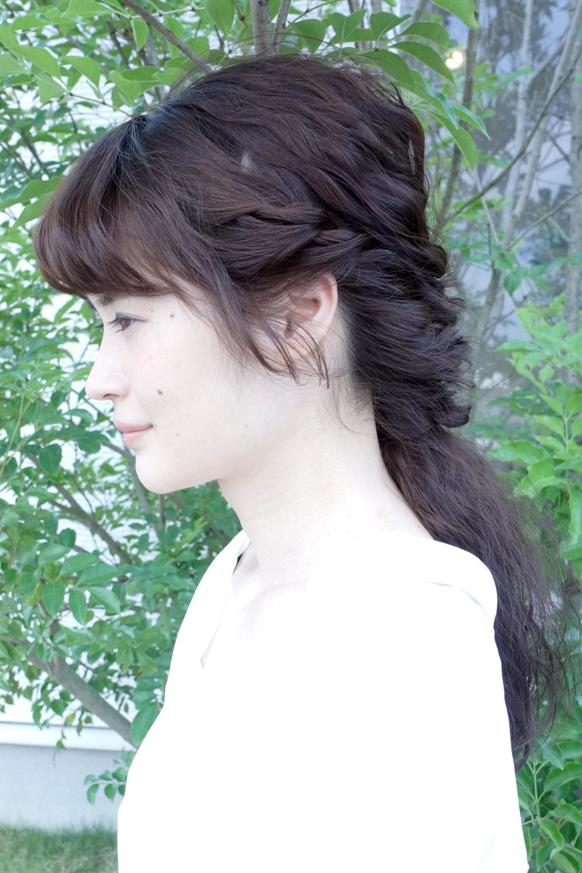 短い髪も編み込んでピンで固定すれば崩れにくいですよ。